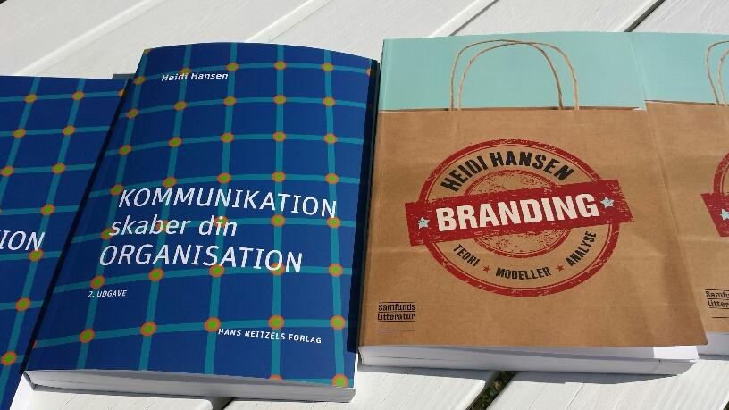 Bøger_på_havebord_1